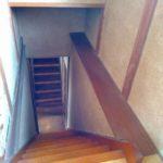 トイレの出前から左右に分かれる階段